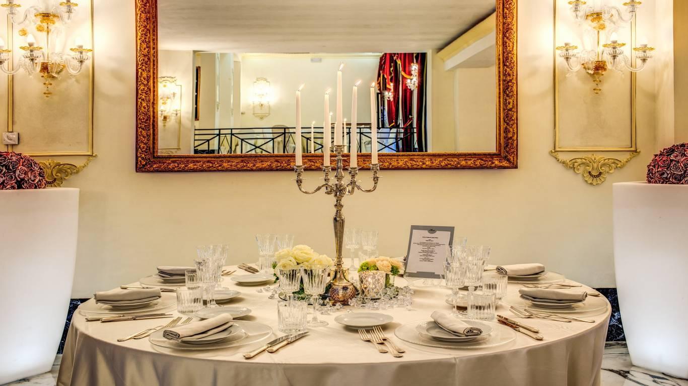 tavolo-candele-domiziana-piscina-interna