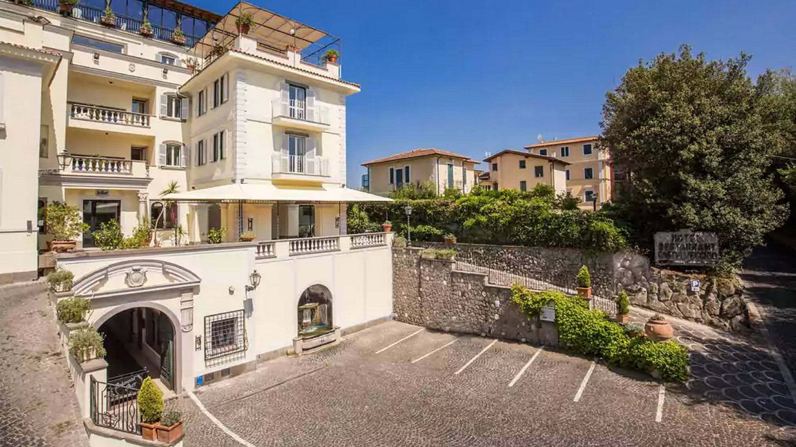 hotel-castel-vecchio-castel-gandolfo-entrance