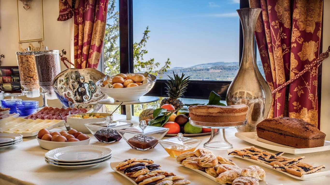 Hotel-Castel-Vecchio-Sala-Bellavista-Particolare-Tavolo-Colazione-Vista-Lago-Albano