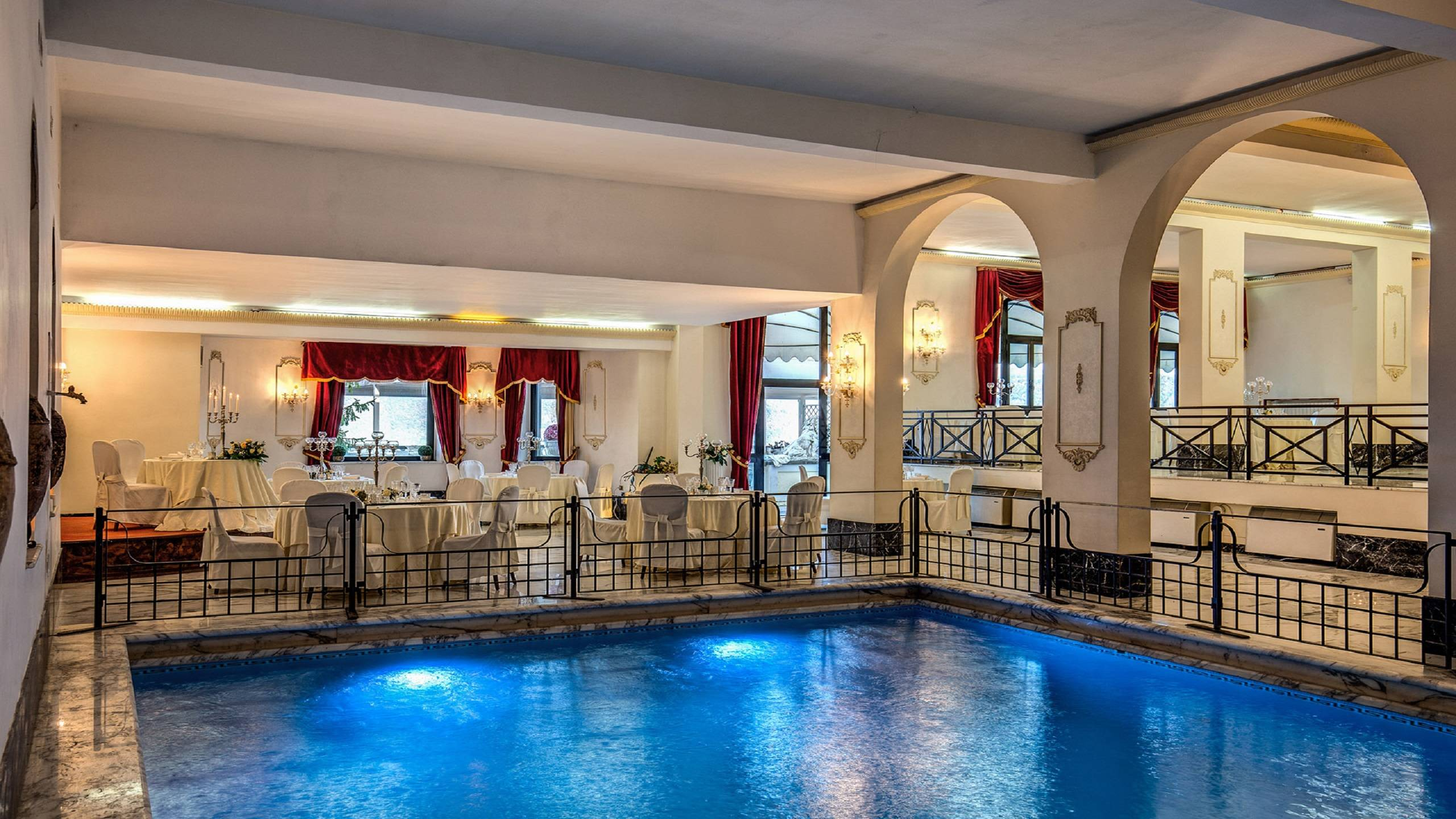 Hotel-Castel-Vecchio-Piscina-Interna-Sala-Domiziana-Tavolo-Sposi
