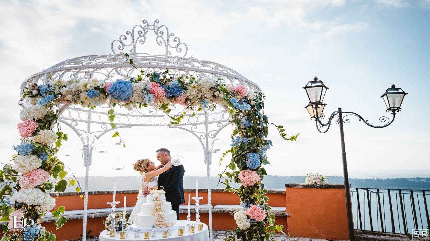 villadelcardinale-matrimonio-ricevimento-torta-arcofiori